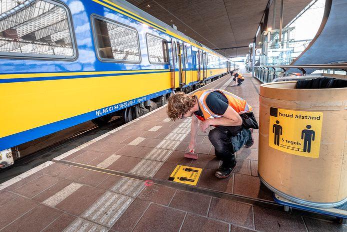 De NS verwacht dat er na de versoepelingen weer meer mensen met de trein zullen reizen.