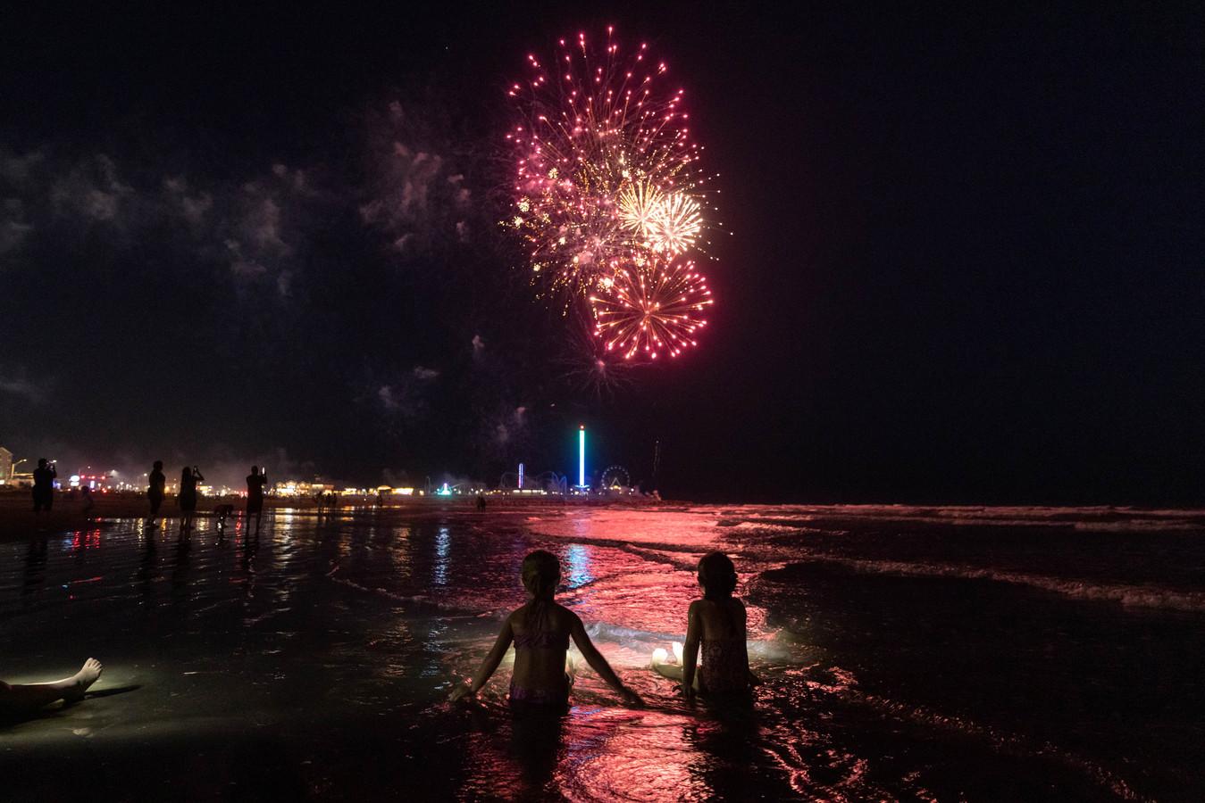 Zussen Paisley (6) en RayLynn (5) uit het Texaanse Corsicana kijken naar de Juneteenth vuurwerkceremonie op het strand in Galveston.