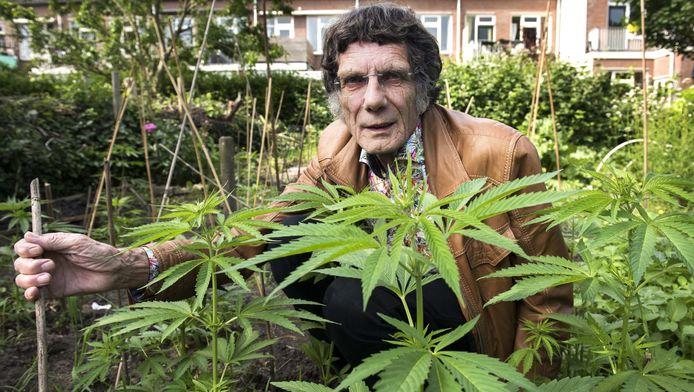 Robert van Gemert (74) wil zijn eigen plantjes kunnen roken.