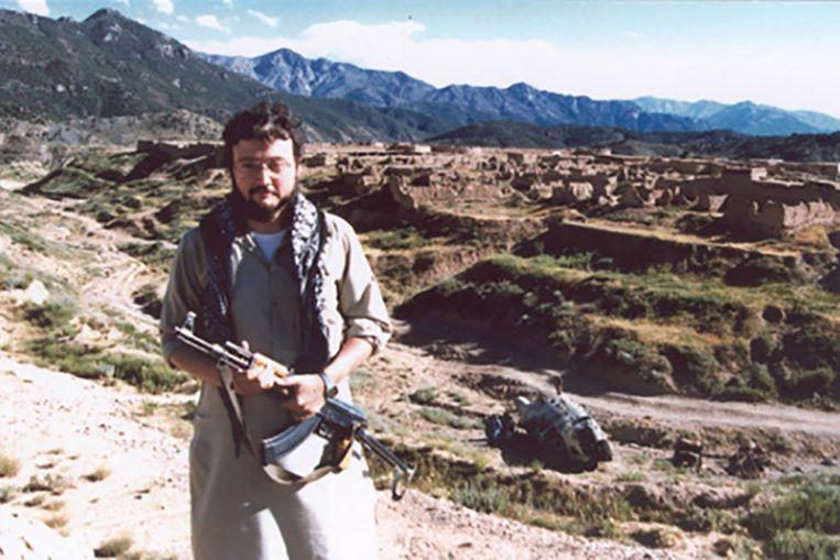 In Afghanistan liet Khashoggi zich fotograferen met een geweer. Maar het lijkt er niet op dat hij er daadwerkelijk gevochten heeft. Beeld RV