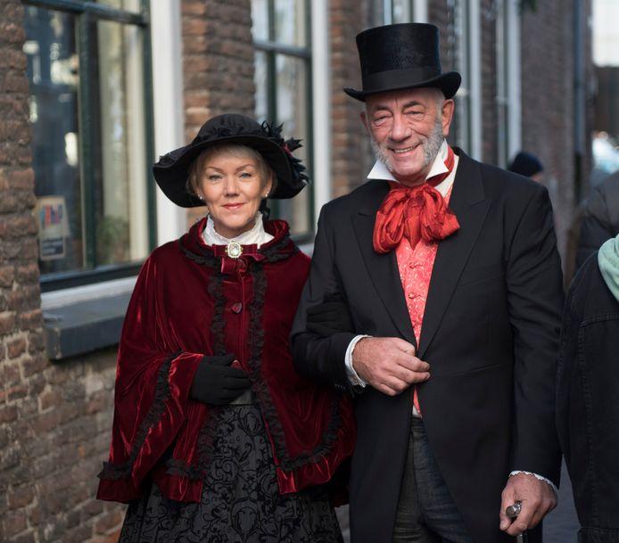 Deventer Ademt Dickens laat de mensen achter Dickens zien. Jan de Jong en zijn vrouw doen nog niet zo lang mee als figurant,  pas sinds ze zelf in het Bergkwartier wonen.