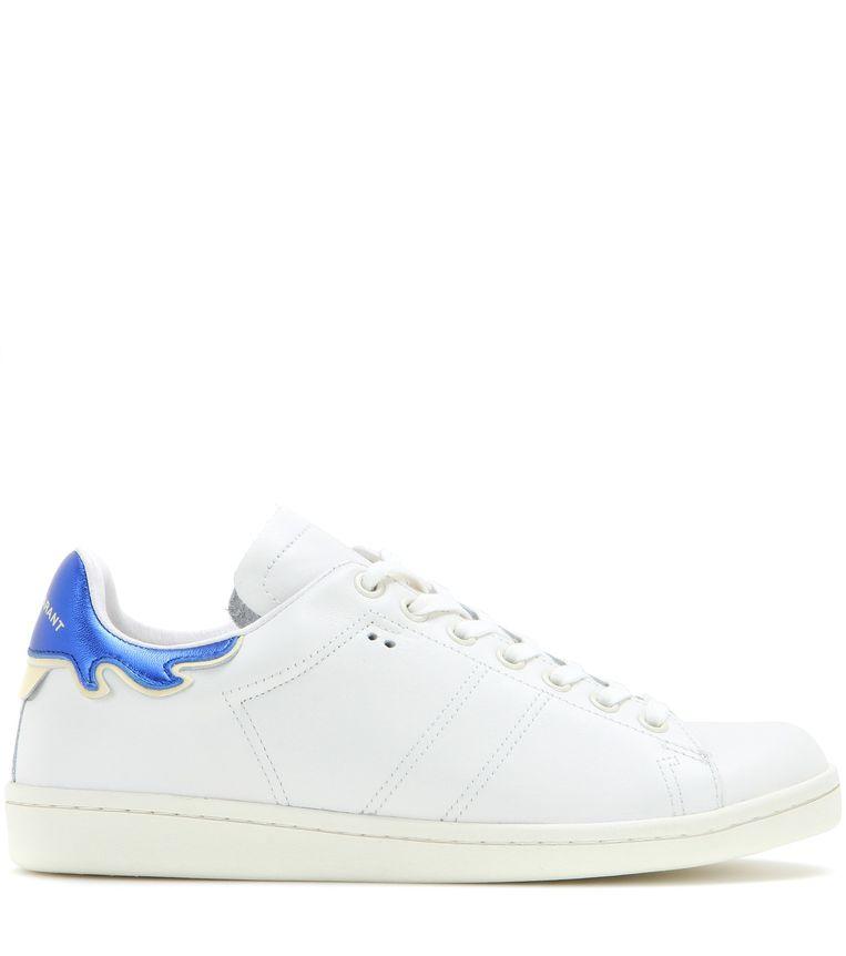 Witte leren sneaker met vlammenmotief van Isabel Marant, € 280. mytheresa.com Beeld null