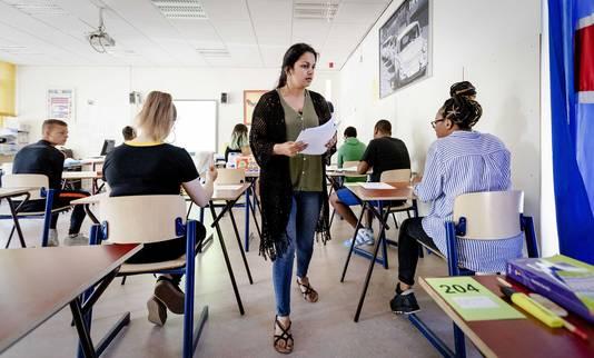 Leerlingen van middelbare school De Palmentuin in Rotterdam-Zuid begonnen aan hun examen Nederlands.