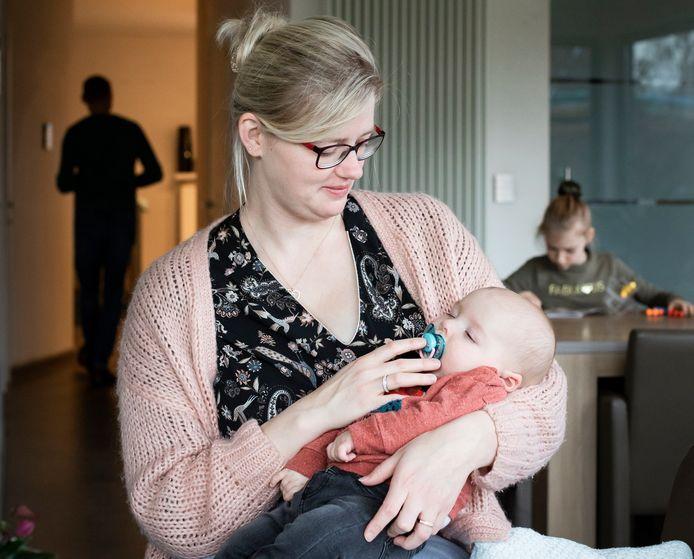 De mama van Victor Verdonckt, een baby van zes maanden met de spierziekte SMA, hoopt op een snelle terugbetaling van het medicijn.