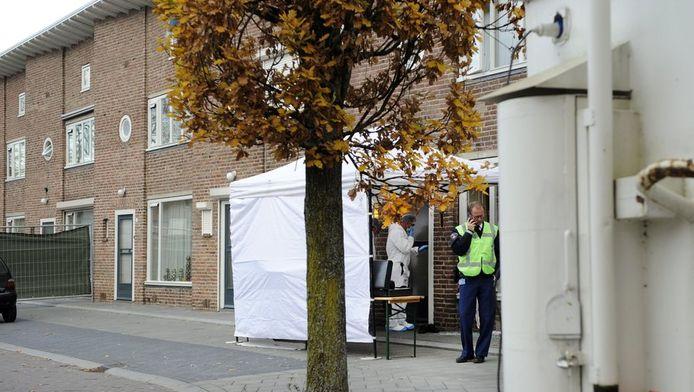 Rechercheurs onderzoeken een woning, waar de politie twee dode mensen heeft gevonden