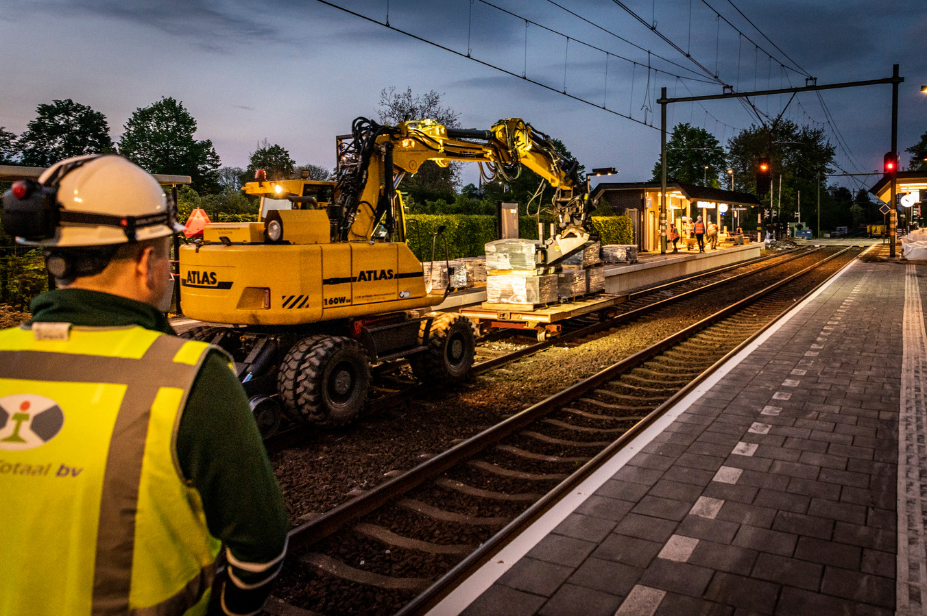 De werkzaamheden aan station Oss-West gaan 24 uur per dag door.