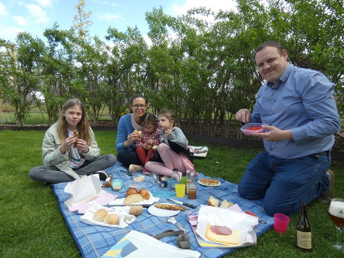 Schepen Tijs Lemmens (rechts) test de picknick al eens uit