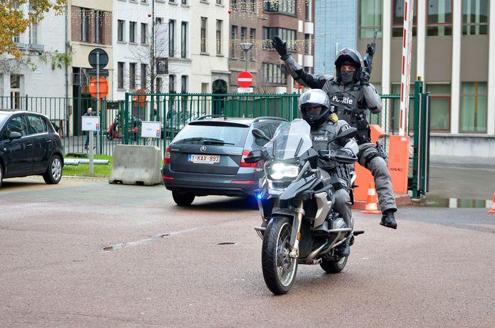 """Een """"Emergency Respons Team"""" van de Antwerpse politie verplaatst zich op de moto. De bijrijder springt langs achter van de motor om tussen te komen."""