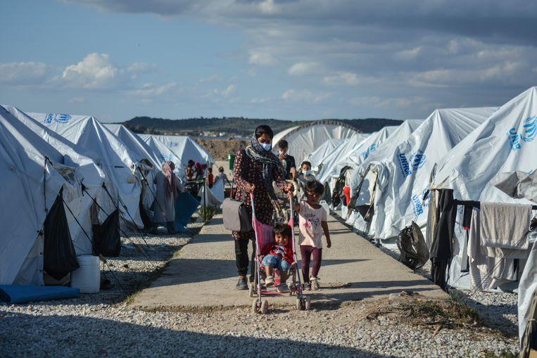 Een moeder met haar kinderen in het vluchtelingenkamp Kara Tepe op Lesbos. Beeld AP