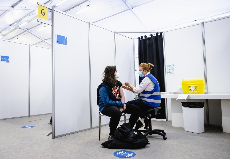 In Den Haag wordt een zorgmedewerker gevaccineerd met het AstraZeneca-vaccin, begin vorige maand. Beeld ANP