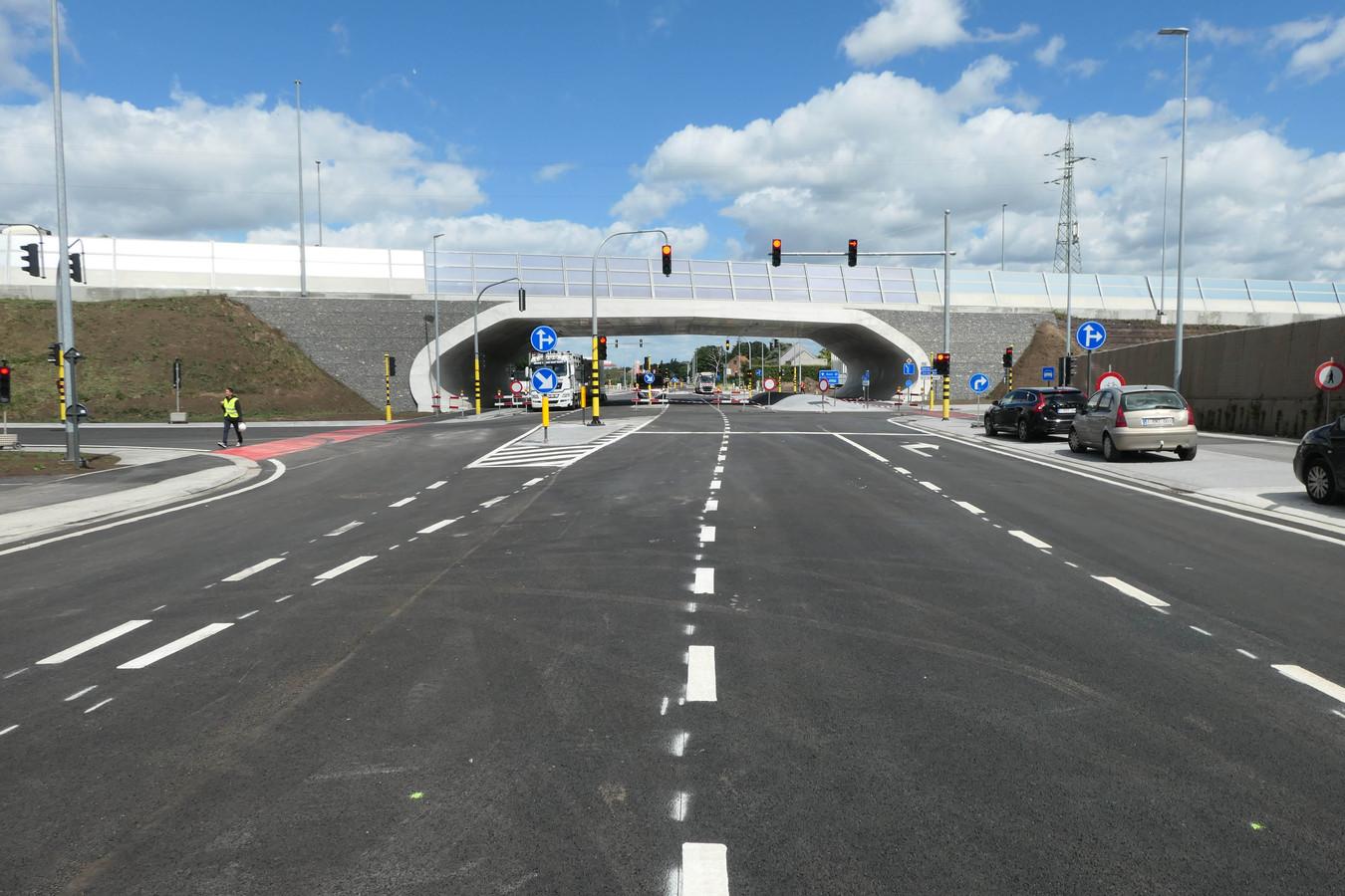 Het kruispunt werd voorzien van een brug