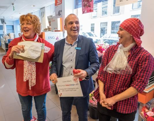 Manager Arno Siereveld ontvangt een valentijnskaart van Inge de Groot (links) en Conny Schoenmakers (rechts)