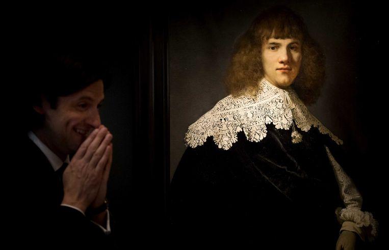 Jan Six naast het door hem ontdekte 'Portret van een jongeman' van de hand van Rembrandt. Beeld ANP