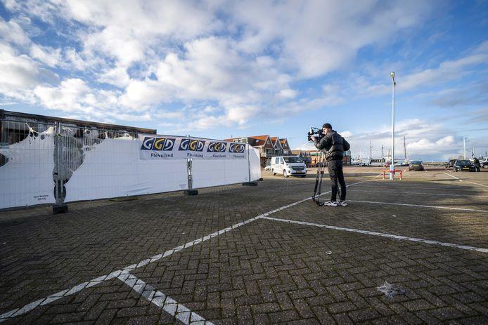 Zondagochtend was het rustig in de haven van Urk en konden journalisten hun werk doen. Zondagmiddag is de sfeer omgeslagen.