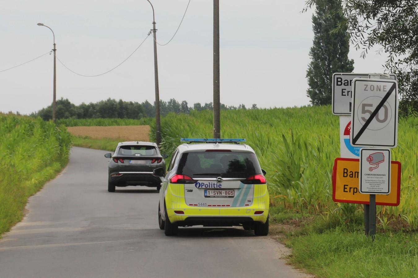 Ploegen van de Lokale politie en Wegpolitie zochten bijna twee uur naar de voortvluchtige nadat hij zijn wagen achterliet op de E40 op de grens van Zonnegem met Vlekkem.