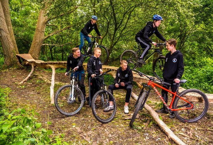 Deze jongens maakten zelf een nieuw mountainbike parcours in Zwartewaal.