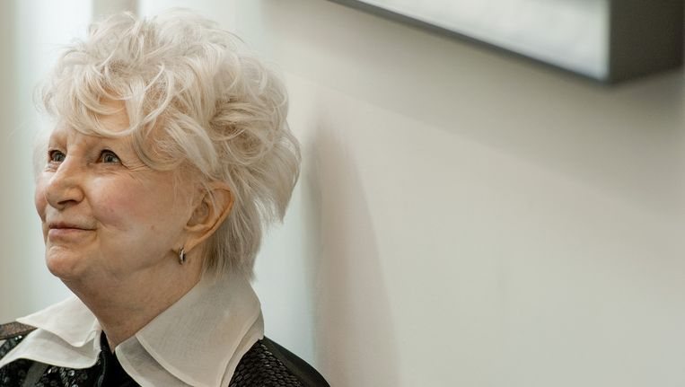 Adele Bloemendaal tijdens de uitreiking van de Johan Kaart Prijs 2013 aan Paul Groot. De prijs wordt jaarlijks toegekend aan een persoon die een opmerkelijke prestatie op het gebied van theateramusement heeft geleverd. Beeld anp