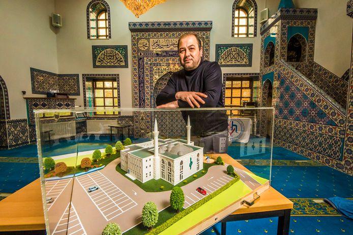 Voorzitter Sengül Türkeri in de gebedsruimte van de huidige Yunus Emre Moskee, bij de maquette van de nieuwe.