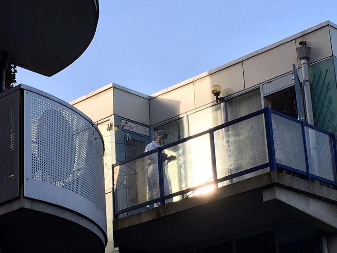 Het vermoeden bestaat dat het babylijkje, in een zak, van een ander balkon zou zijn gegooid.