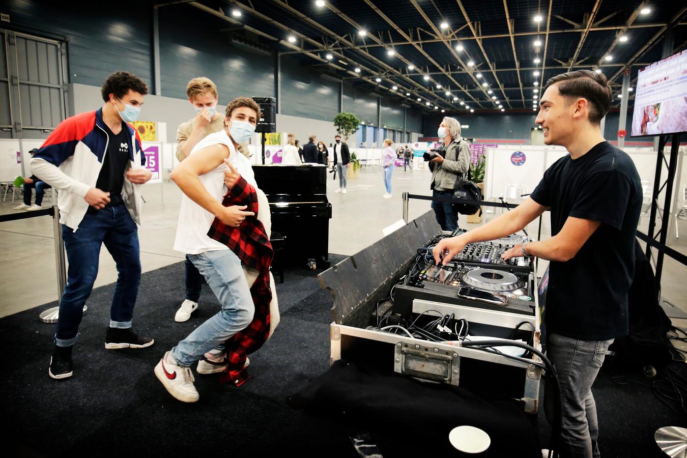 Eind juni konden jongeren tot één uur 's nachts een vaccinatie halen in de Jaarbeurs . Deze jongen lijkt niet bang en maakt een dansje bij DJ Murat na het krijgen van zijn prik. Maar het aantal mensen dat bang is om flauw te vallen en daarom liggend geprikt wil worden, stijgt wel naarmate jongere mensen geprikt worden.
