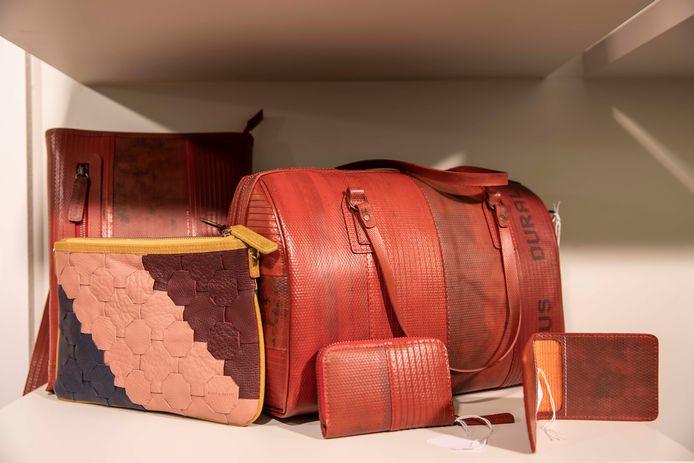 Gerecycleerde handtassen van brandslangen.