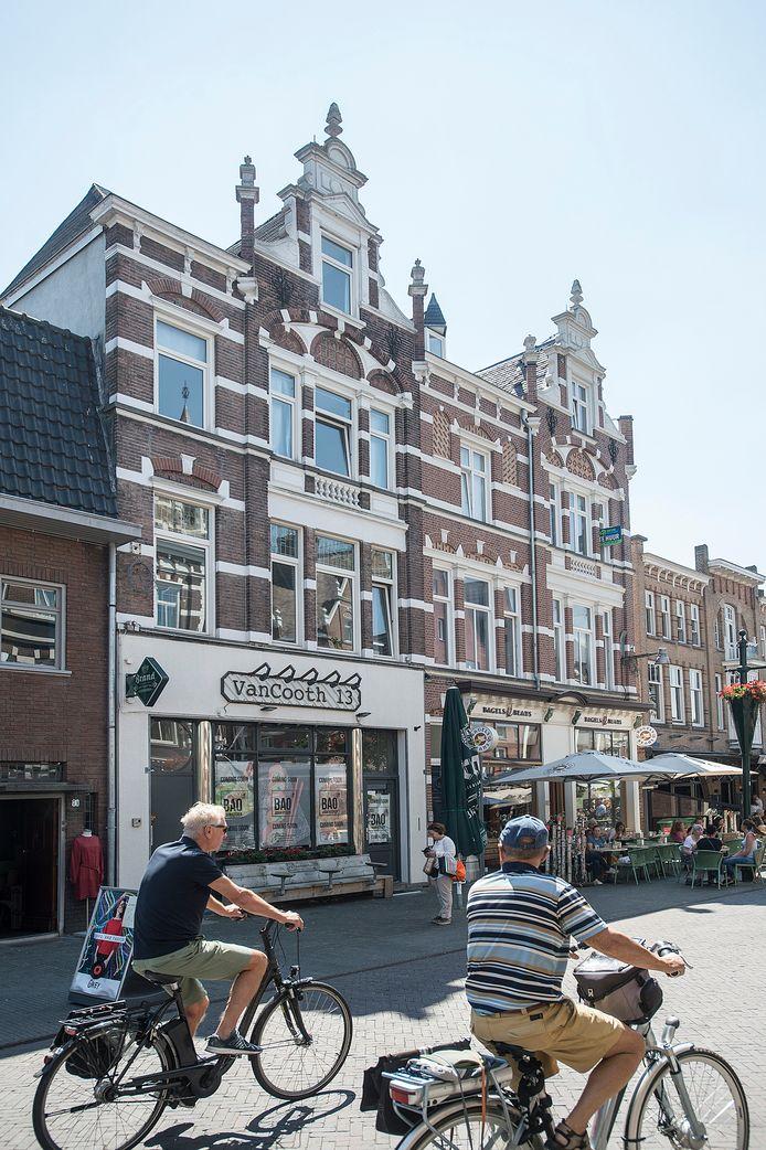 Het Van Coothplein in Breda is een voorbeeld van onstuimige horecagroei. Daar zijn ook diverse zaken na relatieve korte weer vervangen, zoals Van Cooth 13 waar inmiddels het Aziatische restaurant Bao is gevestigd.