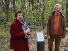 Wethouder Visser opent met initiatiefnemer Dick van den Heuvel het Poëziepad in Berg en Dal
