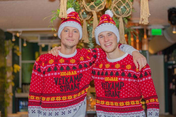 Elmo Lieftink en Sam Beukema dragen de nieuwste kersttrui van Go Ahead Eagles.