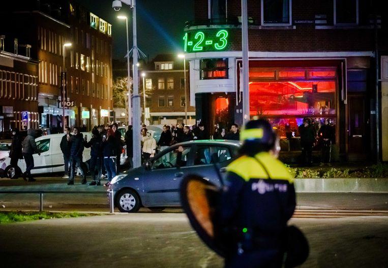 Een grote groep jongeren zoekt de confrontatie met de politie op de Beijerlandselaan en bekogelt de aanwezige politie met stenen en vuurwerk. De mobiele eenheid is aanwezig en heeft charges uitgevoerd om de straat leeg te vegen.  Beeld ANP