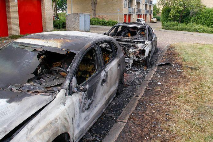 Aan de Molenstraat in Zwijndrecht zijn in de nacht van woensdag op donderdag twee auto's in vlammen opgegaan bij een autobrand.