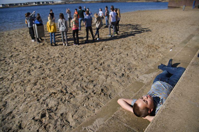 Een basisschoolklas krijgt buiten een les drama.  Beeld Marcel van den Bergh/de Volkskrant