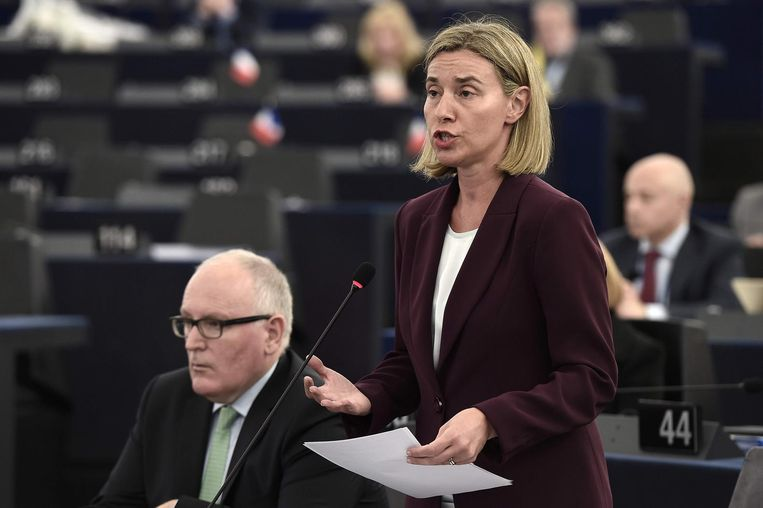 Een korte trip van Eurocommissaris Frans Timmermans(L) of EU-buitenlandcoördinator Federica Mogherini(R) had de ergste gevoeligheid bij Turkije kunnen wegnemen. Beeld afp