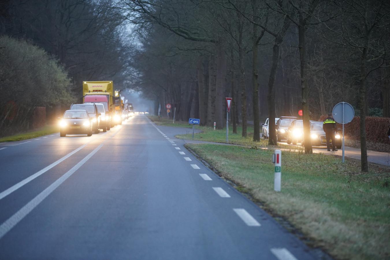 Door de vrachtwagenbrand zijn lange files ontstaan, het verkeer wordt over de parallelweg geleid.
