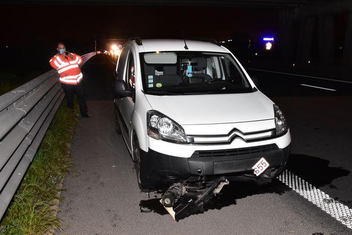 Het rechtervoorwiel van de Volkswagen Golf werd tientallen meters meegesleurd door een passerende Citroën Berlingo, na het ongeval op de E403 in Moorsele.