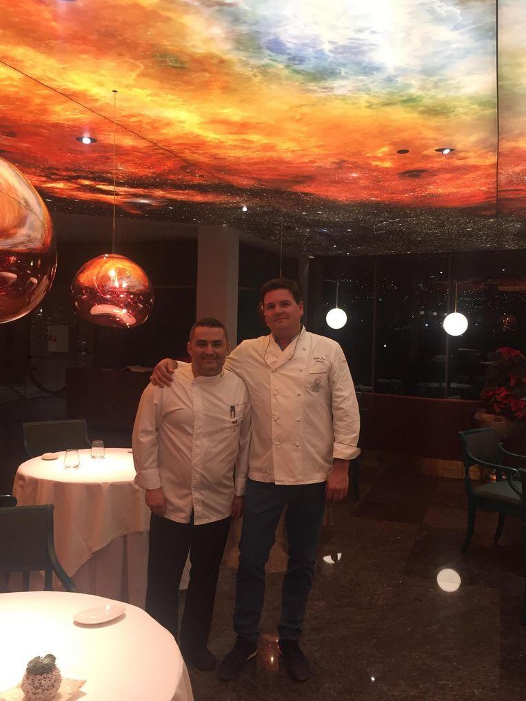Gilles Joye met Rubén Cabrera, die hij tips geeft om zijn kookkunsten bij te schaven.