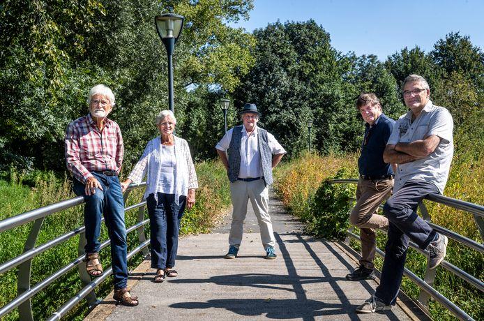 Vijf van de negen initiatiefnemers voor een burgerforum in Geldrop-Mierlo: vlnr Ed de Groot,  Gerdy van Brussel, Renny de Bruyn, Paul Couturier en  Hans Ouwersloot. Omdat ze zichzelf als een soort bruggenbouwers zien, gingen ze op de foto op het voetgangersbruggetje bij Centrum Hofdael.