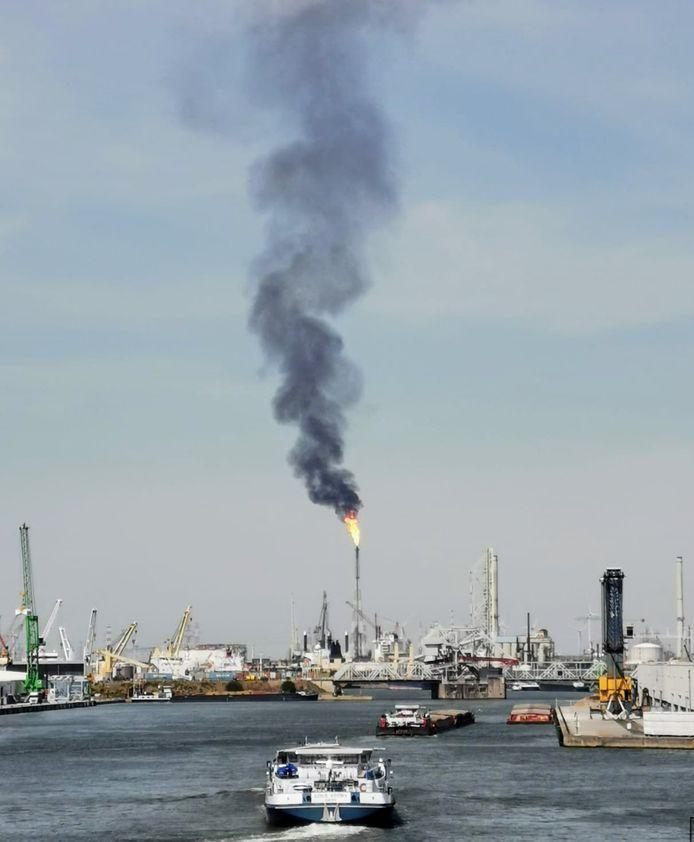Een affakkeling in de Antwerpse haven zorgt voor grote rookpluim.