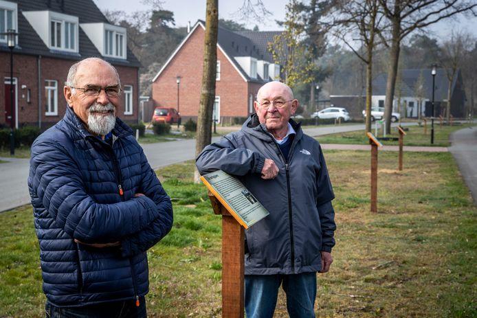 Rob Gijsberts en Gerard Noordman (links) bij de borden van de verhalenroute die weer terug zijn geplaatst.