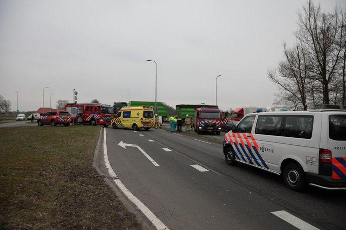 Hulpverleners bij het ongeluk in Balkbrug.
