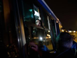 Bussen met vluchtelingen in de file op Balkanroute