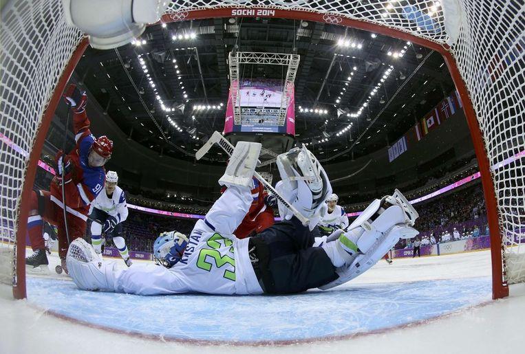 De sloveense keeper redt zijn team van een tegengoal van Rusland Beeld reuters