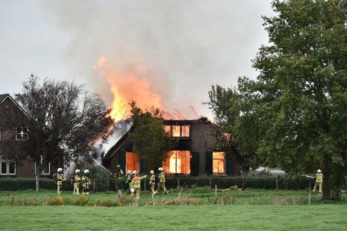 De brandweer in actie bij de brandende woonboerderij bij Terwolde.