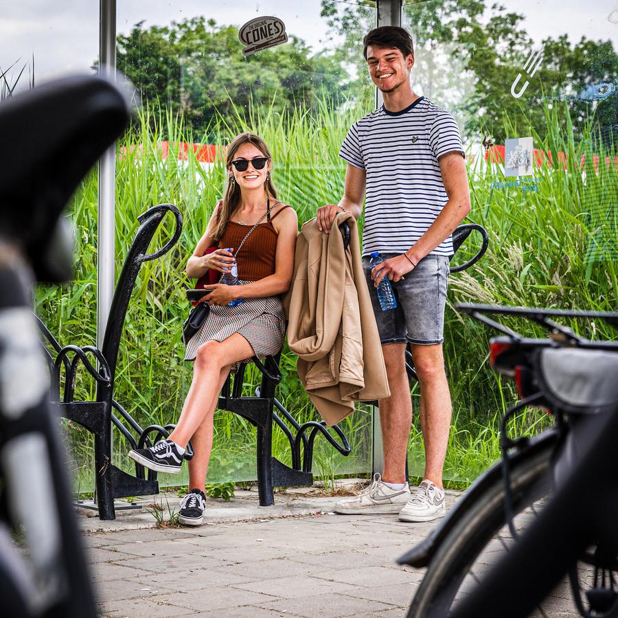 """Een vaste chillplek van Veerle Krommenhoek (18) en Wesley Hoek (17), de fietsenstalling naast de N489 in Westmaas. 'We zijn al een paar jaar bezig met de gemeente om een chillplek te krijgen, maar we worden niet serieus genomen."""""""