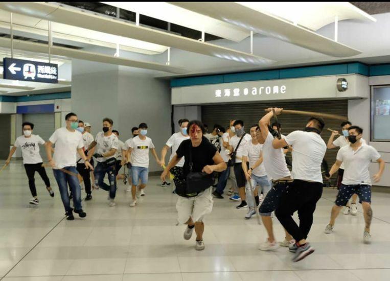 Een groep mannen bestormde na afloop van de manifestatie een metrostation. Daar sloegen ze met houten stokken in op de pendelaars.