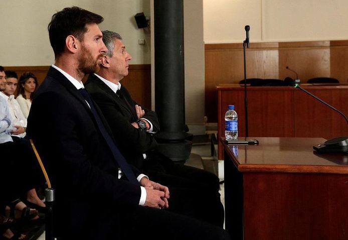Lionel Messi (links) en zijn vader Jorge Horacio Messi (rechts) in de rechtbank in juli 2016