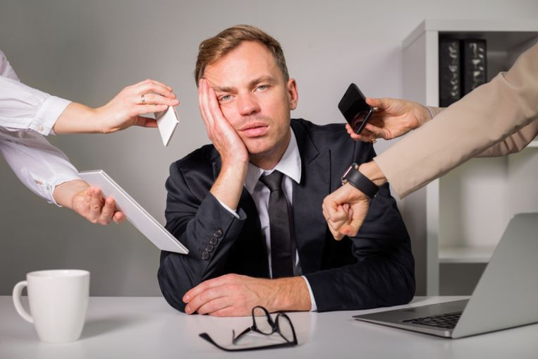 Tired man being overloaded at work Beeld Thinkstock