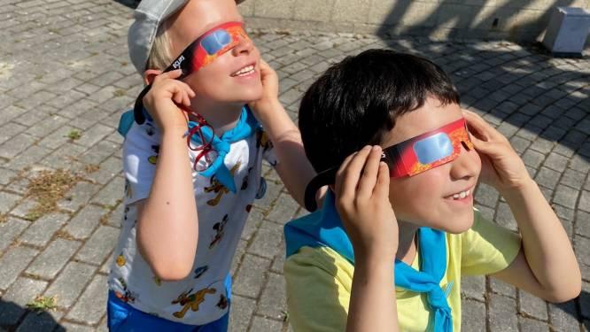 IN BEELD. Eerstejaars De Tuimelaar volgen gedeeltelijke zonsverduistering aan Cosmodrome
