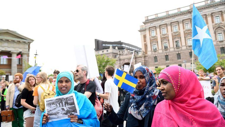 Protest voor de ingang van het parlement kon niet verhinderen dat de verstrenging van de asielwetgeving toch goedgekeurd werd. Beeld EPA