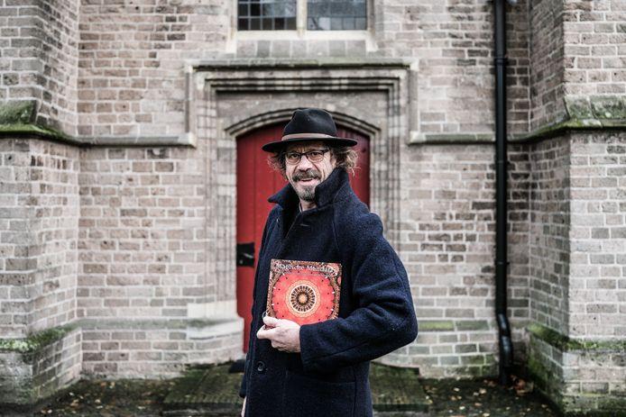 Robert Boerman met zijn boek Magische Mandala's.