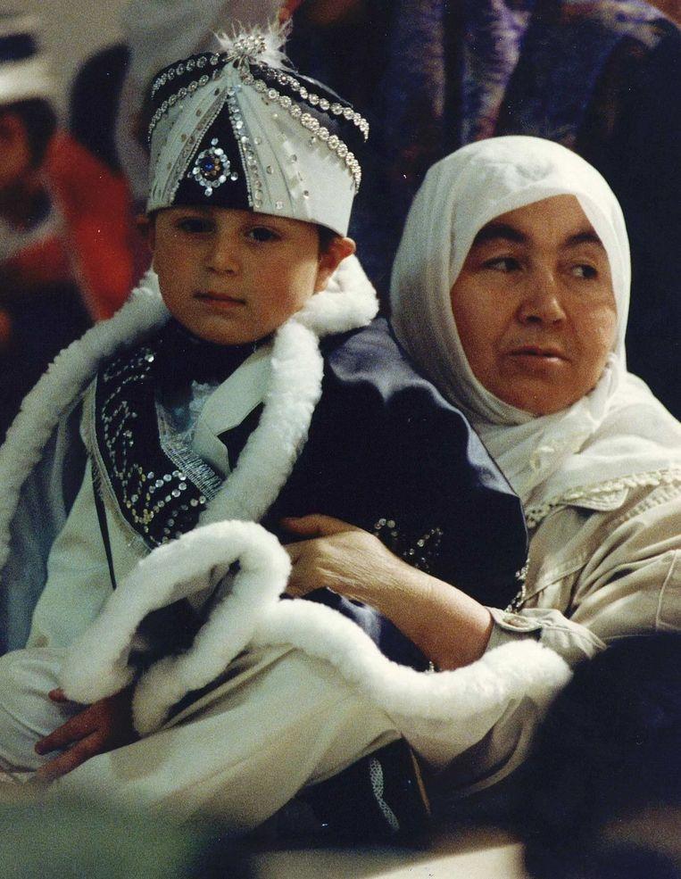 Moeder en zoon wachten op besnijdenis. Beeld anp